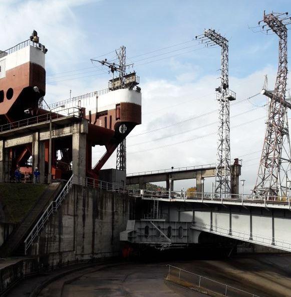 Судоподъемник Красноярской ГЭС походит к поворотному устройству