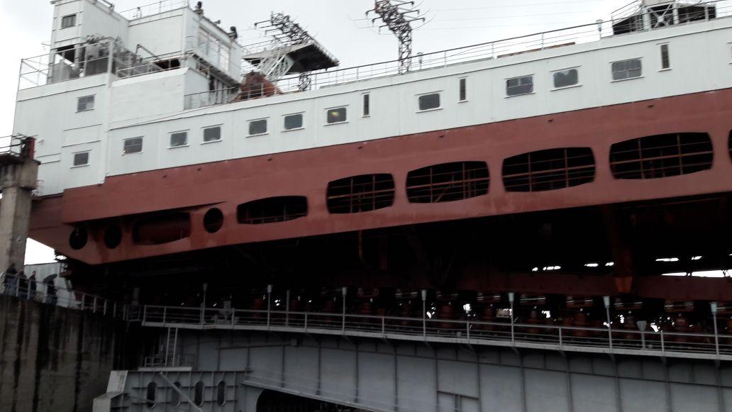 Судоподъемник Красноярской ГЭС заходит в поворотное устройство