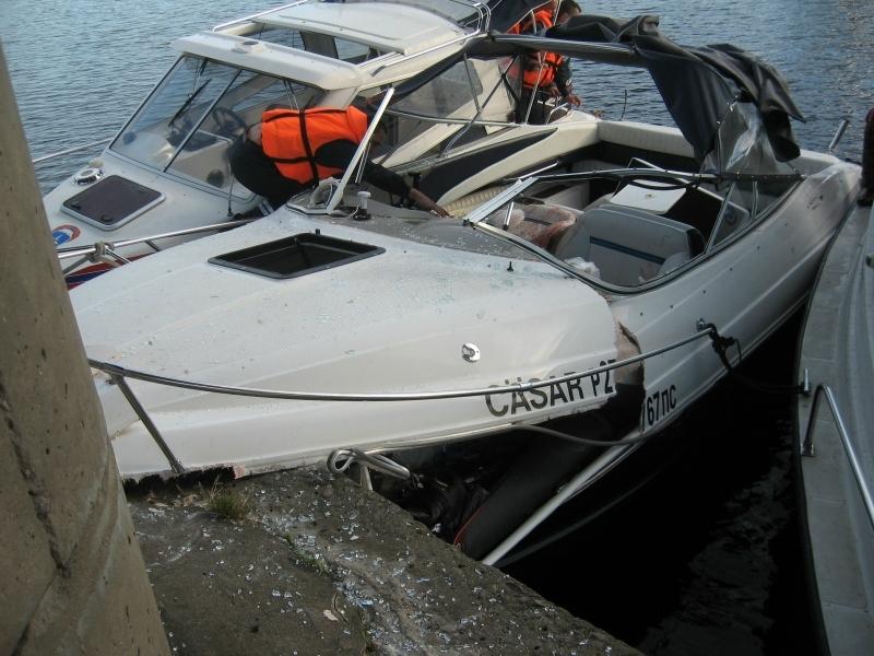 лодка врезалась в баржу в волгограде